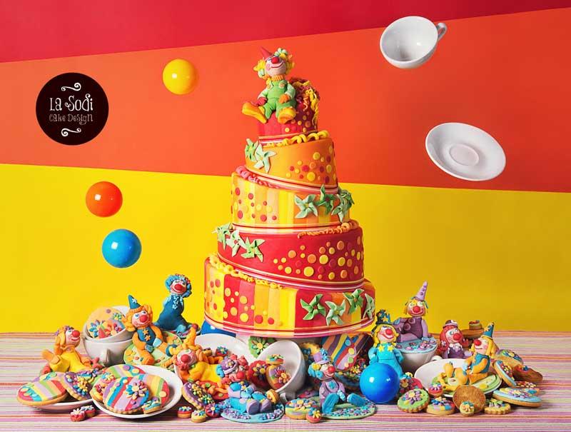 wonky cake a piani tema clown