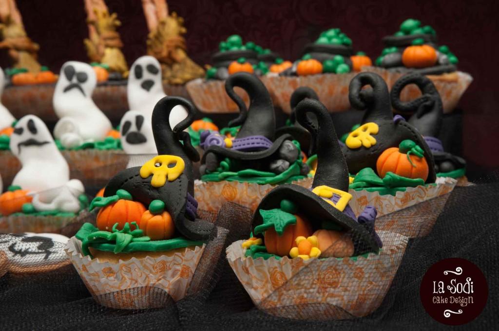 candy buffet di halloween con cupcakes decorati con cappelli da strega