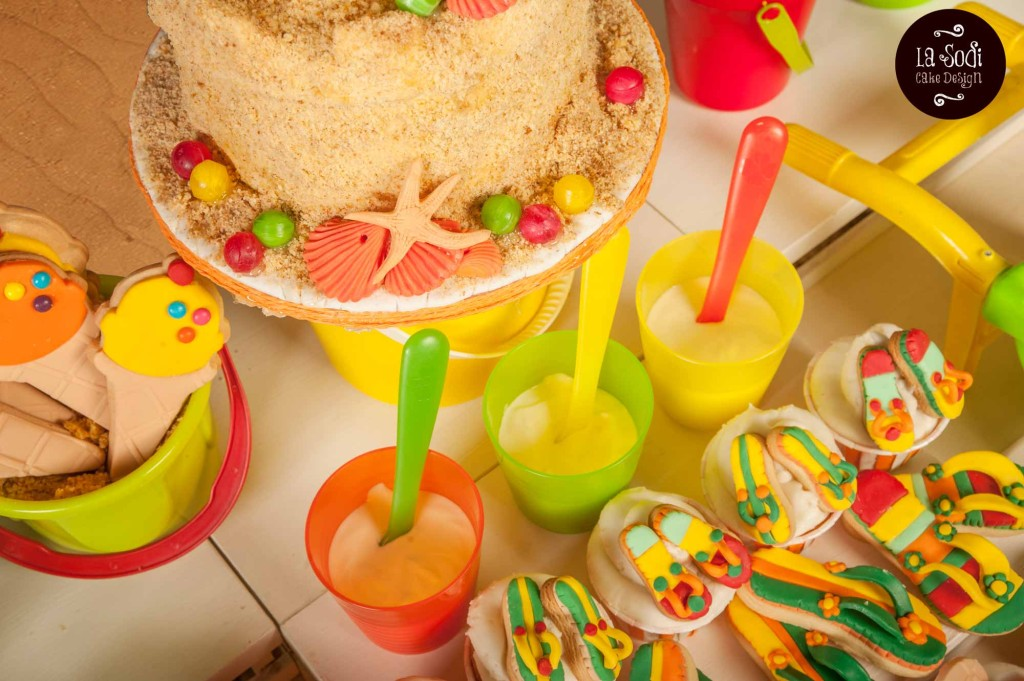 particolare carrot cake decorata e cupcakes