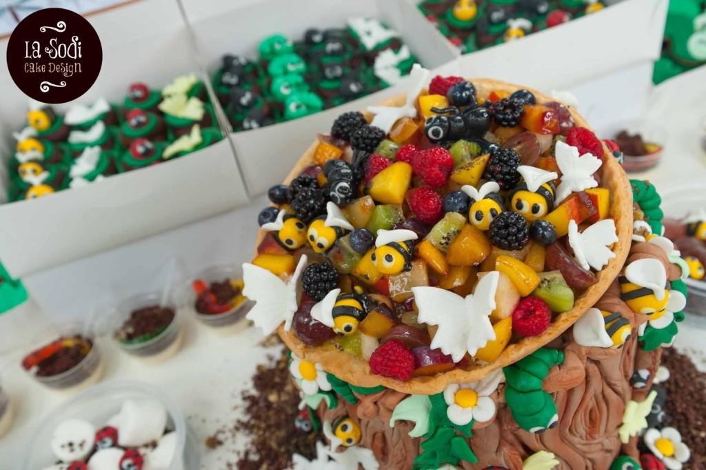 crostata di frutta con decorazioni in pasta di zucchero