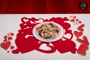 crumble con radicchio taleggio e noci sulla tavola di san valentino