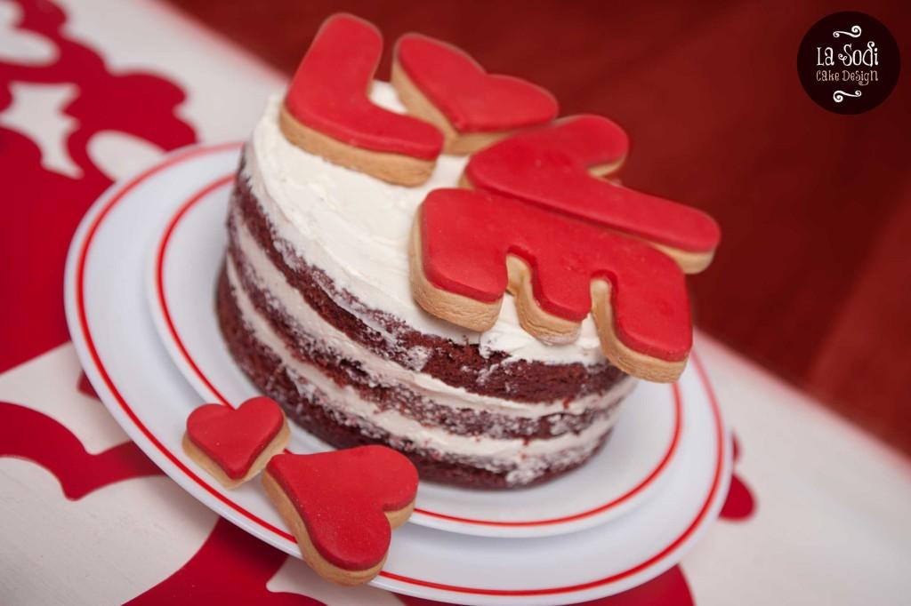 torta red velvet con decorazione di biscotti