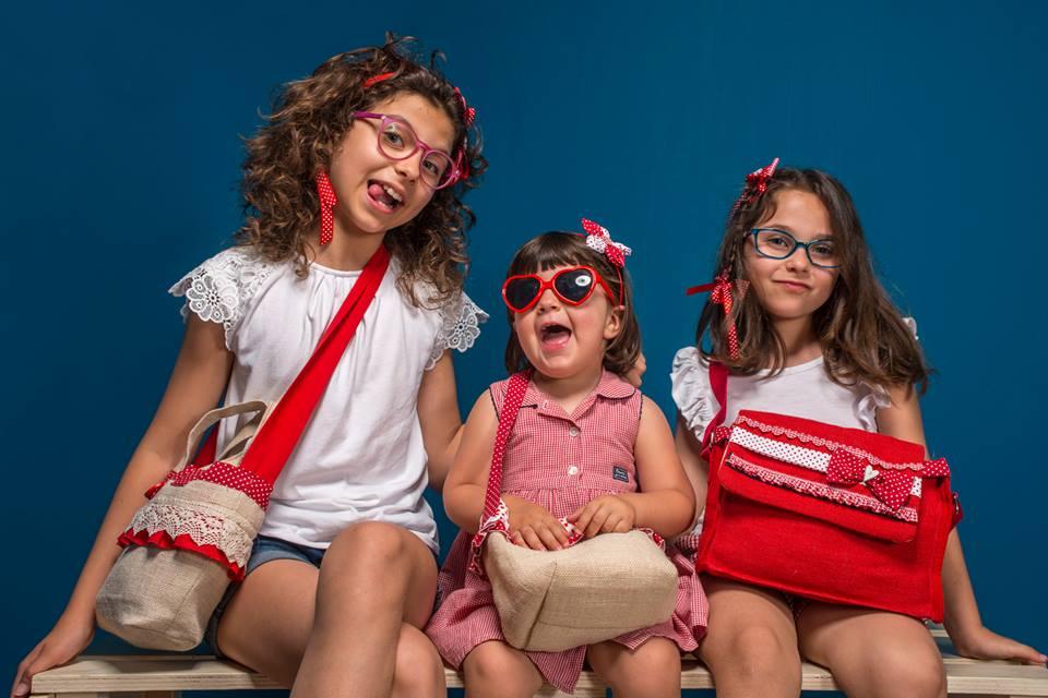 Una cartolina estiva con tre bambine