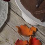 torta al cioccolato su alzatina bianca